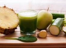Reduce-tu-barriga-tomando-este-jugo-de-piña-pepino-apio-jengibre-y-limón-500x335