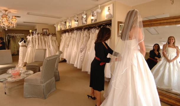 Madre e hija humilla a una mujer obesa que esta probándose un vestido de novia, pero no creerás lo que hizo la jefa de la tienda.